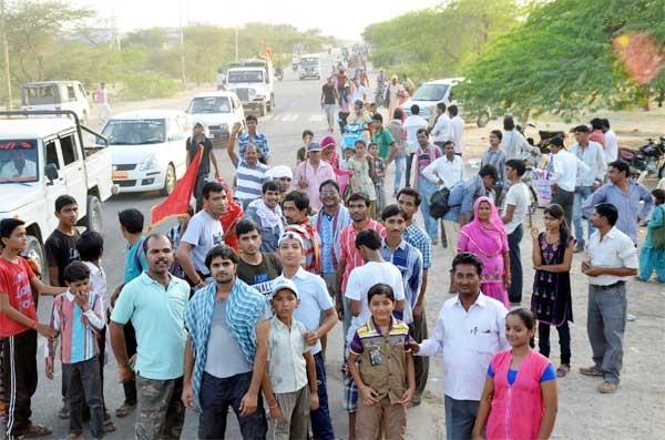 Overflow of devotion - Pilgrims of Punrasar Hanuman