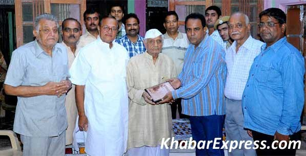 Dr B D Kalla, and ADM Durgesh giving Tamra Patra to Freedom Fighter Dau Lal Vyas