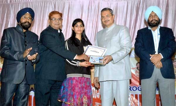 VC A K Gehlot giving award during Holy Mission Public School