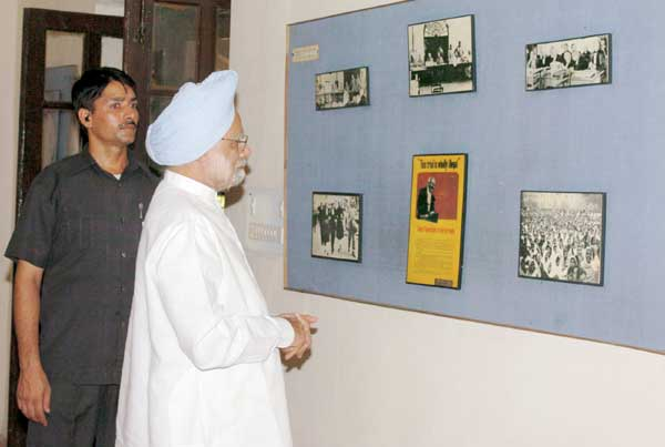 The Prime Minister Dr. Manmohan Singh visiting the INA Memorial at Salimgarh in the Red Fort complex