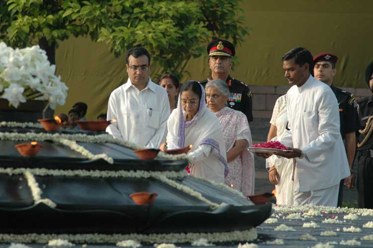 The President, Smt. Pratibha Patil paying homage at Vir Bhoomi the Samadhi of Former Prime Minister