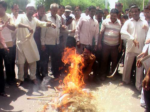 BSNL employees burns effigy of BSNL CMD Kuldeep Goyal