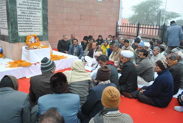 Virendra  Beniwal and Civil paid tribute to Bhimsen Chaudhry on his 87th birth anniversary