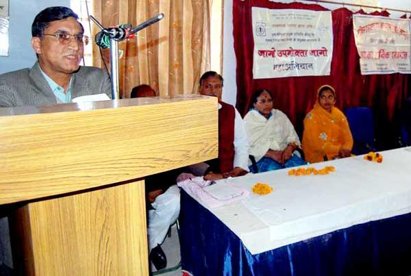 Rajiv Bhakal DSO Bikaner addressing consumers on National Consumer Day at Consumer Building
