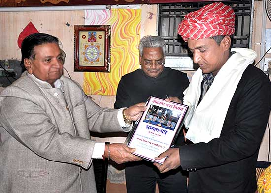 Mayor Bhawani Shankar Sharma felicitating PTI  photographer Dinesh Gupta