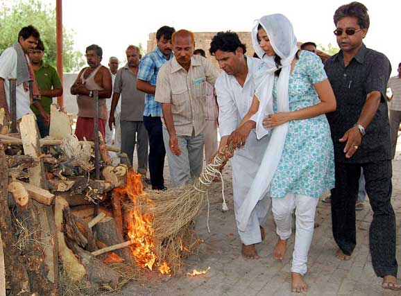 Funeral process done by a girl in Bikaner