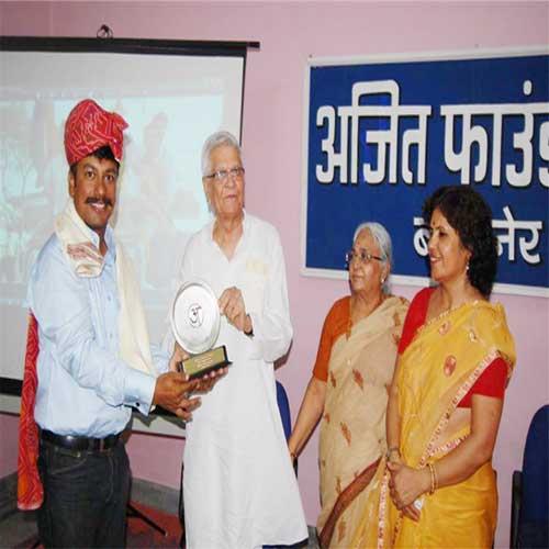 Vijayshankar Vyas rewarding everest winner Dr. Gaurav Sharma in the Ajit Foundation.
