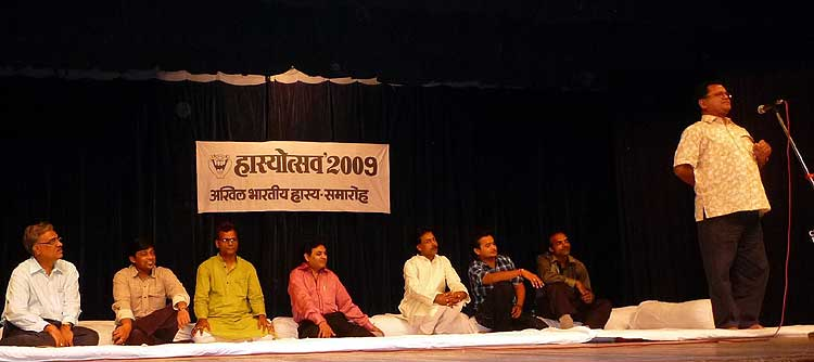 Hindi Poet Ashkaran Atal giving a performance in Hasyotsav2009,Mumbai organised by Rang Chakklas