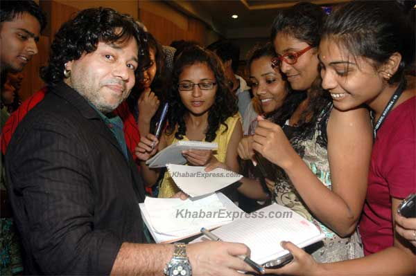 kailash kher  Giving  autograph in musical show