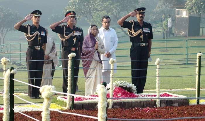 The President, Smt. Pratibha Devisingh Patil paying homage at the Samadhi of Former Prime Minister,