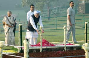 The Prime Minister, Dr. Manmohan Singh, paying floral tributes at the Samadhi of Former Prime Minist