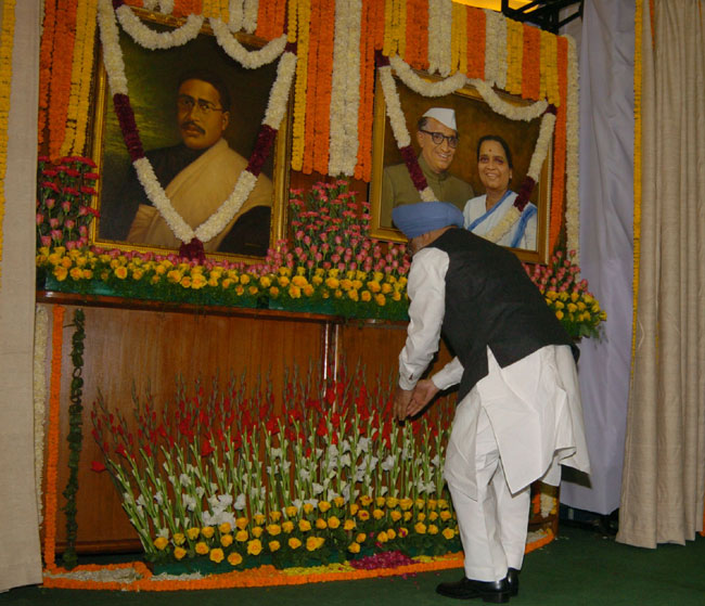 The Prime Minister, Dr. Manmohan Singh paying tributes at the portraits of Joachim & Violet Alva and