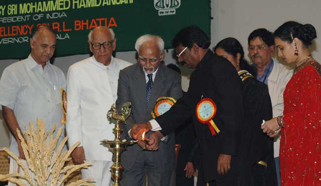 The Vice President, Mohammad Hamid Ansari lighting the lamp to inaugurate the South Indian Agricultu