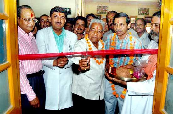 PBM superintended Dr.Vinod Bihani, Sr. Dr.KC  Mathur inaugurating new Orthopedic Machine at PBM