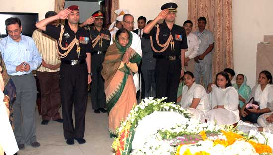 UPA President Sonia Gandhi pays tribute to Rajasthan Governor Prabha Rao at Jodhpur House, Delhi