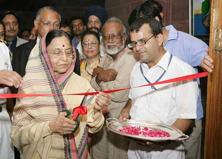 The President, Smt. Pratibha Patil inaugurating an exhibition of Modern Paintings and Sculptures