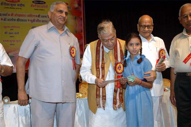 M M Joshi presenting scholarship to a student in a Function organised by Rajasthan Ratnakar