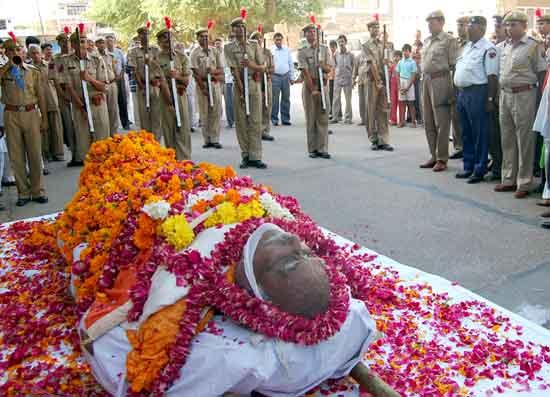 Moist eyes gave a final farewell to freedom fighter Ramnarayan Sharma