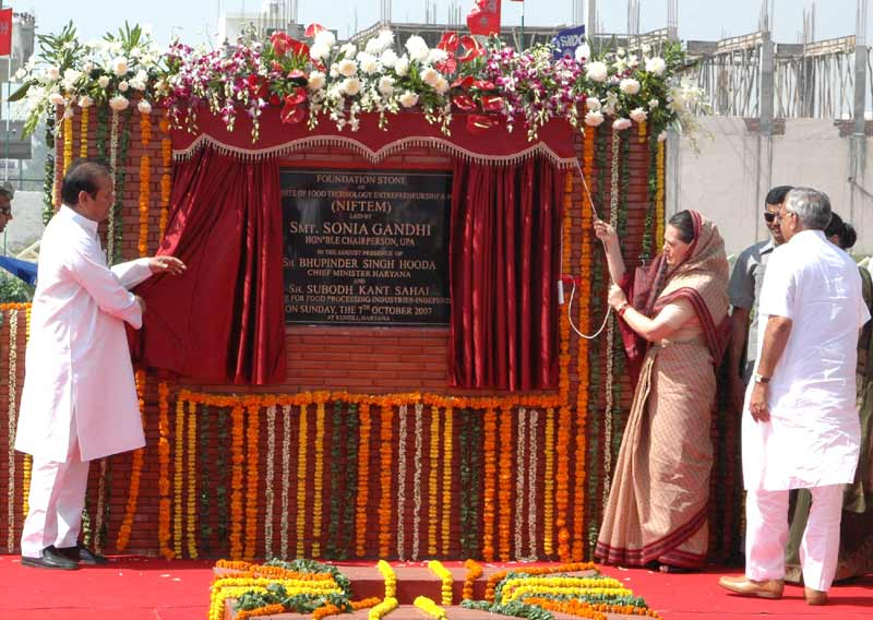 The Chairperson, UPA, Smt. Sonia Gandhi unveiling the plaque to inaugurate the Foundation Stone