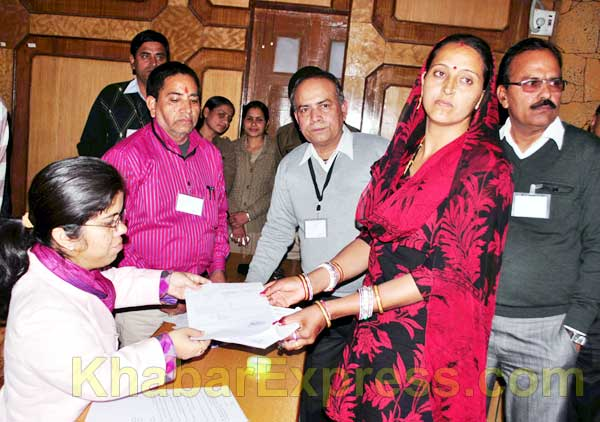 DM Arti Dogra Gives Winner Certificate to Sunita Chaudhary