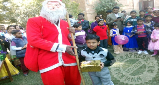 Sainta Claus to gift to kids on Christmas Day