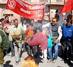 Union Finance Minister Efigy burn by Bank Employee at Bikaner Collactorate