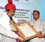 Bhawani Shamkar Sharma Honoring Journalist Anil Lodha by presenting the Tilak Joshi Loktantra Samman