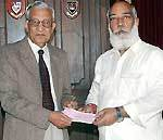 Arvind Singh Mewad gifting Rs.1 lac cheque to Eye Bank Socity, Udaipur Chapter at Sambhuniwas