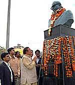 Senior Congress Leader Dr BD Kalla paying tribute to Dr Bhimrao Amebdkar on his death anniversary