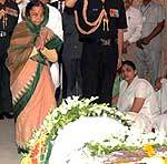 President Pratibha Patil and Devi Singh Patil paid  tribute to Rajasthan Governor Prabha Roa