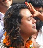 Little girl offering Tilak to Raja Hasan at reaching home town after winning ek se bhadkar ek