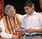 Dr Murli Manohar Joshi presenting 'Ratnakar Awards' to Excellent worker of Rajasthan Ratnakar in New