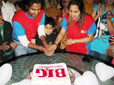 RJ Rohit and Divya cutting the Cake on 4 Years of 92.7 Big FM in Bikaner