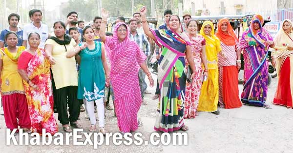 Congress Women Leader protesting against no construction of road