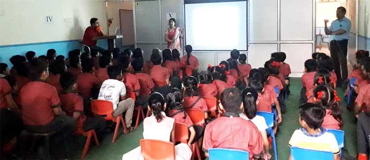आर्यन मे बच्चों को दी योग जानकारी